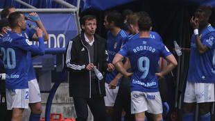 Ziganda dando órdenes en la banda en un partido entre Real Oviedo y...