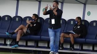 Mere Hermoso, entrenador del Alcorcón, da una indicación en un...