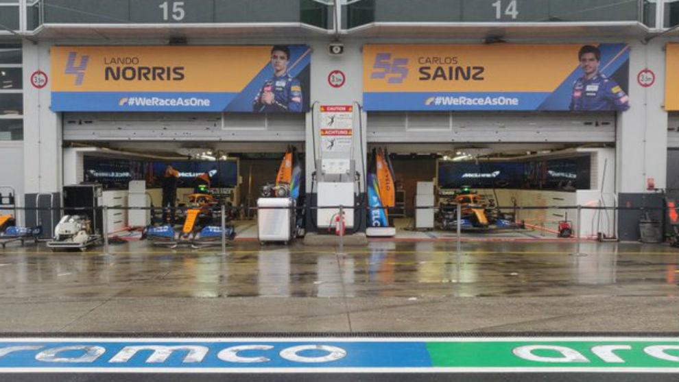 Los boxes de McLaren, bajo la lluvia en Nurbrugring.