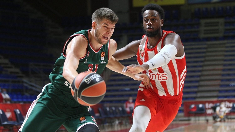 Rokas Giedraitis trata de superar la defensa de Jordan Loyd.