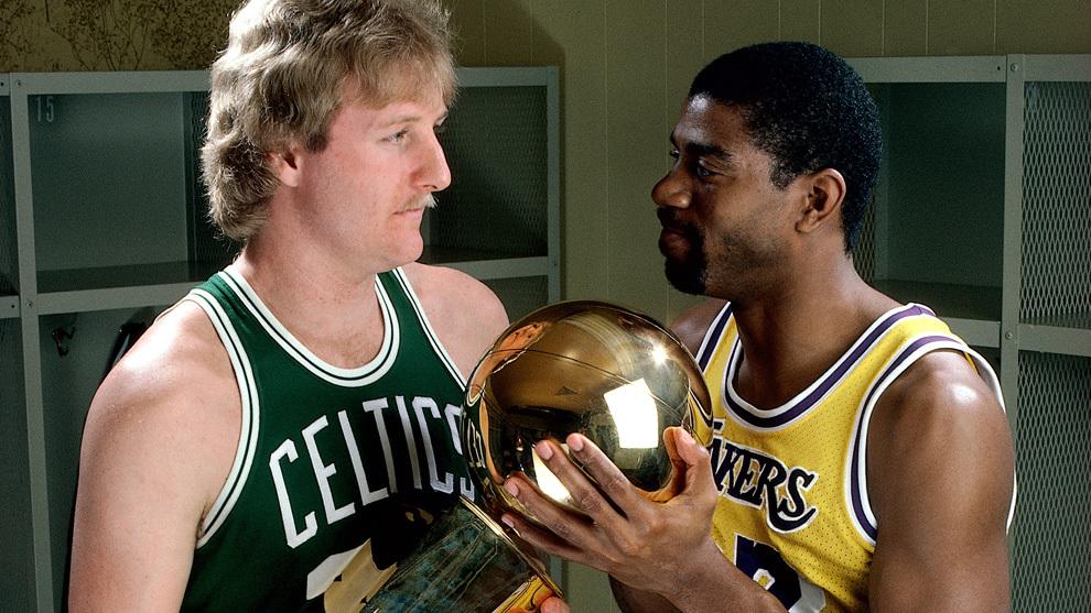Larry Bird y Magic Johnson con el trofeo Larry O'Brien