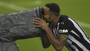 Callum Wilson, del Newcastle, besa a una cámara durante un partido de...