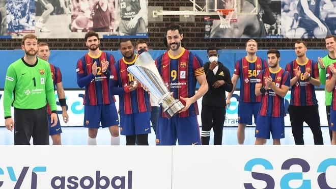 El capitán Raúl Entrerríos recoge el trofeo de la Liga Asobal 2019/...