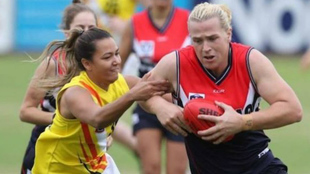 La transexual Hanna Mourney compite en la liga femenina de fútbol...