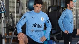 Luis Suárez, junto a Godín, en el gimnasio de Uruguay.