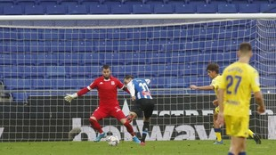 Raúl de Tomás remata ante Dani Jiménez para anotar el gol que dio...