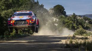 Dani Sordo, volando sobre los tramos sardos en la etapa de hoy.