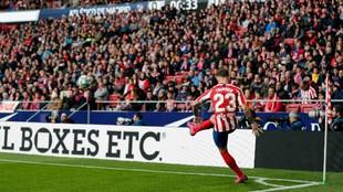 Trippier saca un corner durante un partido del Atlético.