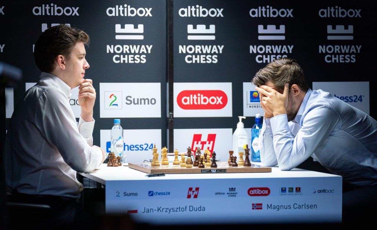 Carlsen se lleva las manos al rostro en la partida ante Jan Krzysztof...