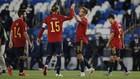Sergio Ramos y Canales se chocan la mano tras la victoria ante Suiza