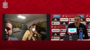 Entra en rueda de prensa desde un Cabify, con la novia al lado... y Luis Enrique reacciona como nunca