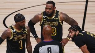 Caldwell-Pope, LeBron James y Anthony Davis protestan al árbitro Marc...