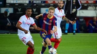 De Jong pugna con Fernando por un balón en el último Barça-Sevilla
