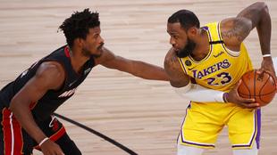 Jimmy Butler y LeBron James durante el cuarto partido de la Final NBA.