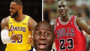 Magic Johnson (centro), flanqueado por LeBron James y Michael Jordan.