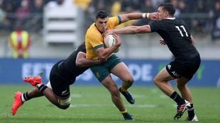 El australiano Tomas Bankses placado por los nezelandeses Hoskins...
