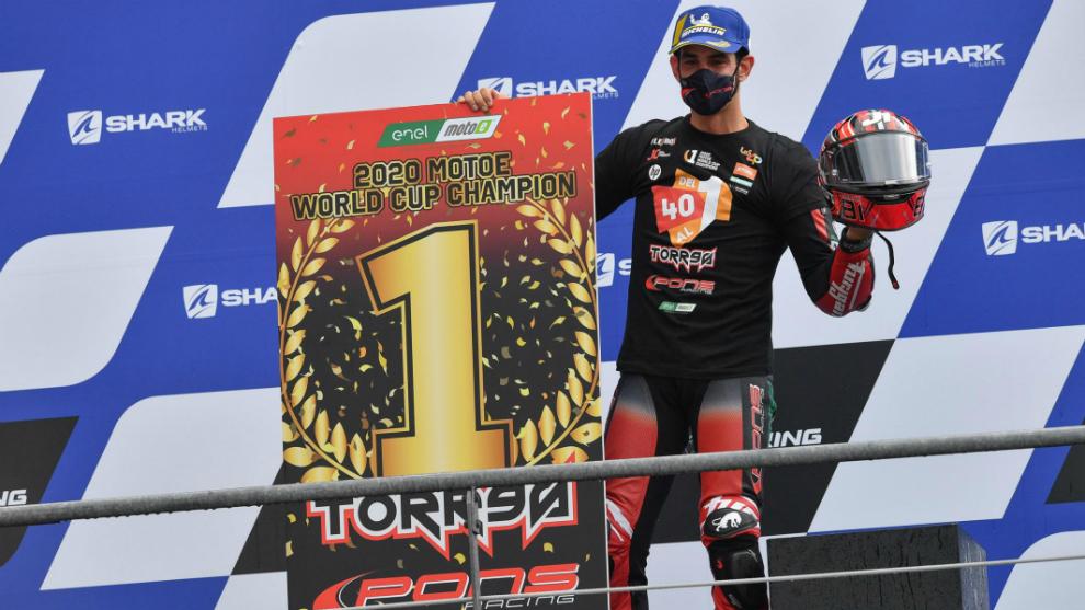 Jordi Torres, en el podio tras coronarse como campeón de MotoE.