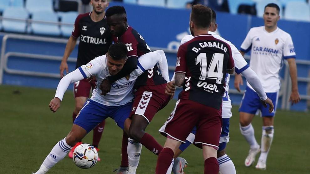 Una de las jugadas del partido Zaragoza - Albacete entre Narváez y...