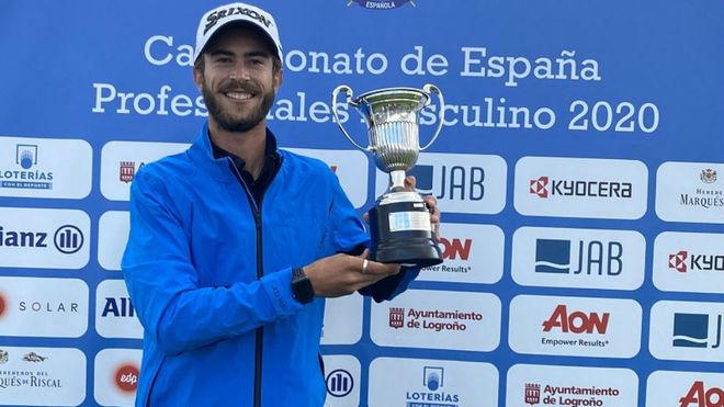 Lucas Vacarisas, con el trofeo de campeón.