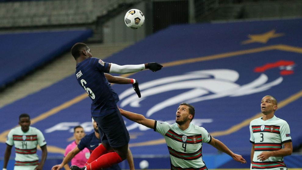 Paris (França), 11/10/2020.- France player Paul Pogba (L) fights for the ball with Ruben Dias (C) of Portugal during the UEFA Nations League soccer match between France and Portugal at Stade de France, Paris, France, 11 October 2020. ( lt;HIT gt;Francia lt;/HIT gt;) EFE/EPA/MANUEL ALMEIDA