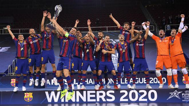 Sergio Lozano levanta el trofeo de campeones de Europa.