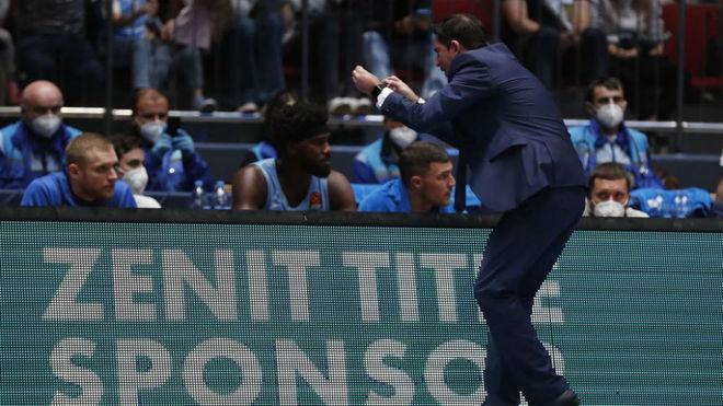 Xavi Pascual se dirige a su banquillo durante el partido ante el...