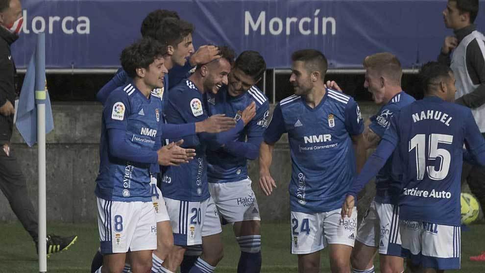 Los jugadores del Oviedo celebran con Tejera el gol de penalti