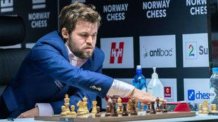 Carlsen durante la partida de hoy contra Duda.