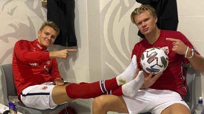 Odegaard y Haaland posan tras la goleada de Noruega ante Rumanía