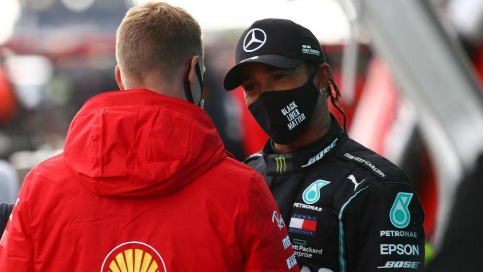 Lewis Hamilton charla con Mick Schumacher tras recibir el casco de su...
