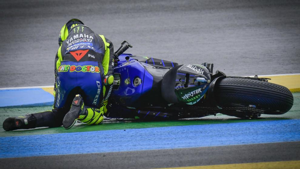 Rossi, de rodillas, tras caerse en el GP de Francia.