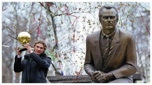 Shevchenko, con su Balón de Oro, en la estatua de Lobanovski.