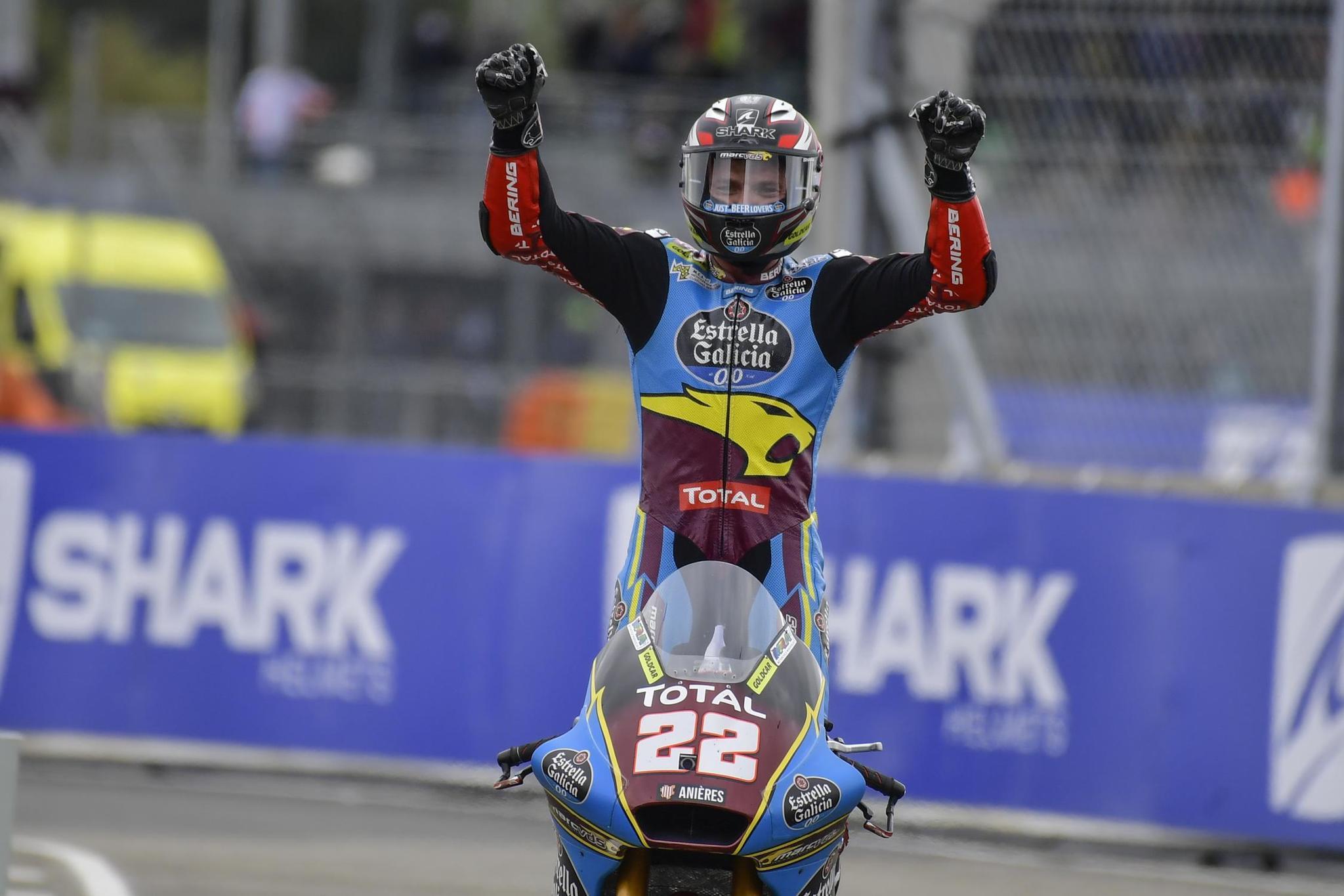 Sam Lowes celebra su triunfo en Le Mans.