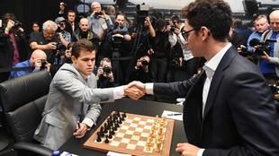 Carlsen y Caruana en una de sus partidas durante el Mundial de 2018.