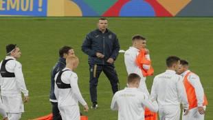 Andriy Shevchenko dirigiendo un entrenamiento de Ucrania.