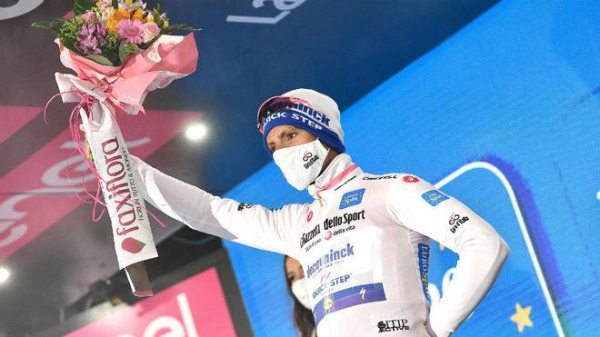Almeida, en el podio con la 'maglia' rosa