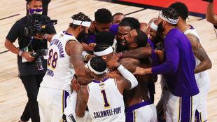 Los Lakers celebran el título al final del sexto partido.