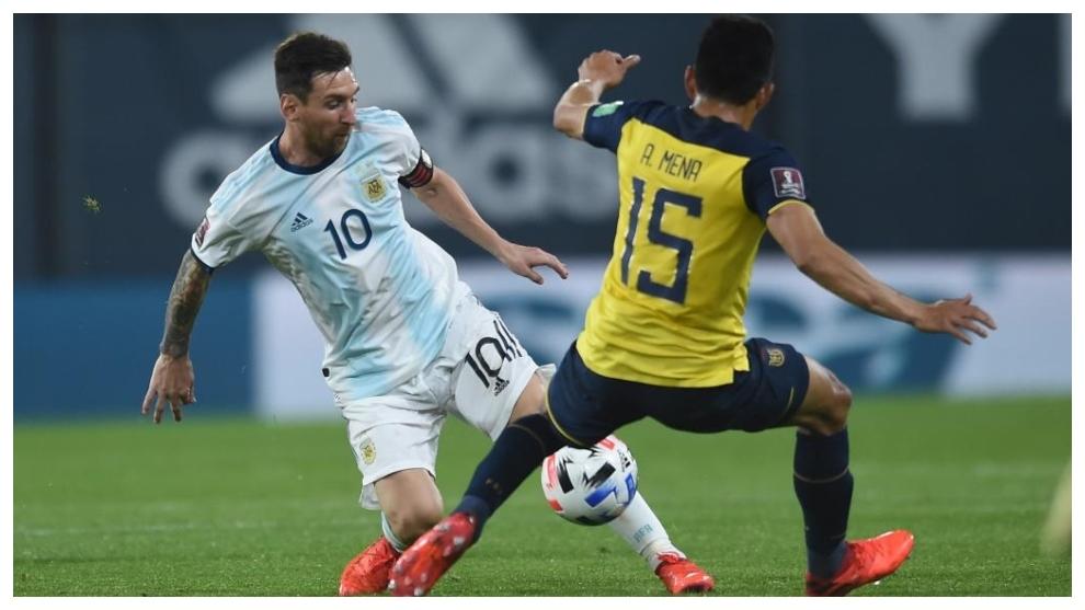 Leo Messi se zafa de Ángel Mena ante Ecuador.
