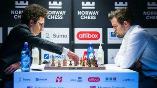 Caruana y Carlsen, durante la partida.
