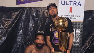 Quinn Cook con el trofeo de campeón junto a JR Smith