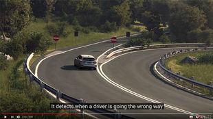 El conductor de un vehículo toma un desvío en el sentido contrario a...