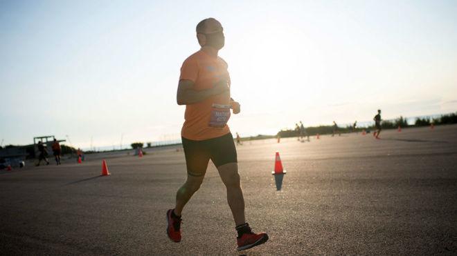 Un corredor con mascarilla