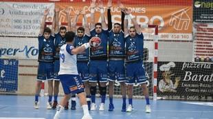 Jugadores del Cangas formando una barrera en el partido contra el...