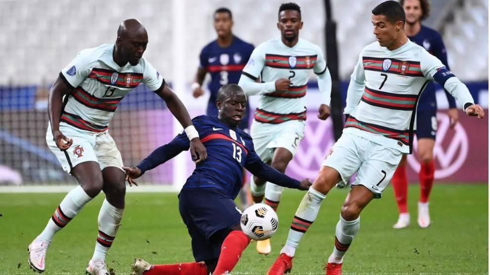 Kanté disputa un balón junto a Cristiano en el Francia-Portugal.