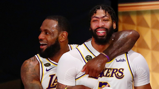 LeBron James y Anthony Davis en el festejo del título de los Lakers.