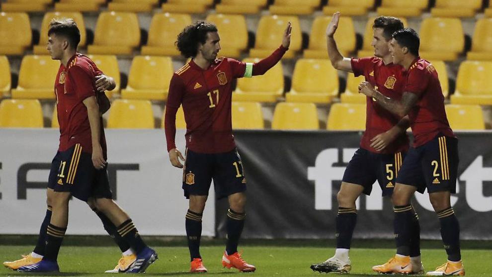 Cucurella felicita a Guillamón por el primer gol de España.