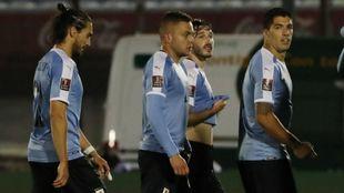 Los futbolistas de la selección celeste durante su partido contra...