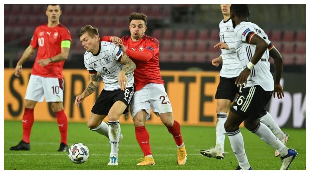 Toni Kroos protege el balón ante Shaqiri.