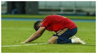 Reguilón se lamenta tras una ocasión fallada por España.