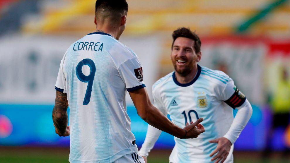El goleador Correa, junto a Messi, tras el 1-2.